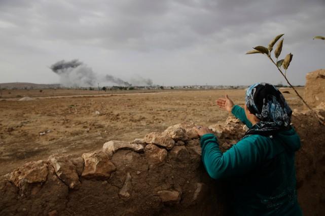 Une femme turque regarde le nuage de fumée... (PHOTO LEFTERIS PITARAKIS, ARCHIVES AP)