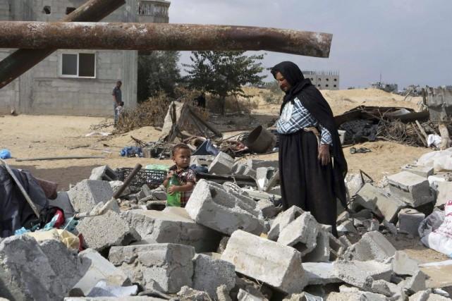 Une femme et un enfant se trouvent dans... (PHOTO SAID KHATIB, AFP)