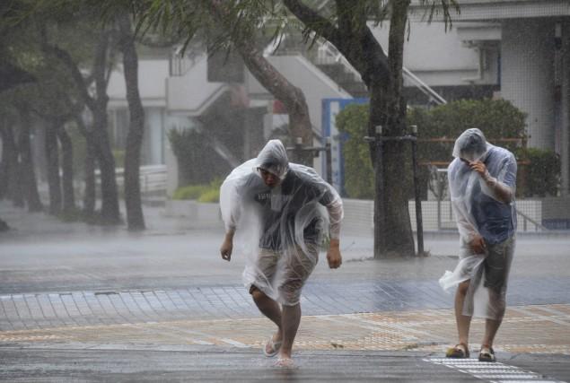 Le puissant typhon Vongfong a frappé lundi le coeur du Japon après... (Photo KYODO, REUTERS)