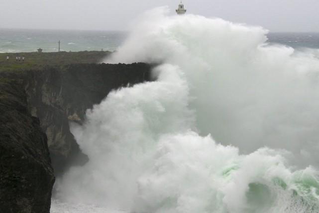 De grosses vagues se fracassent sur une falaise... (PHOTO JAMES REYNOLDS, AFP)