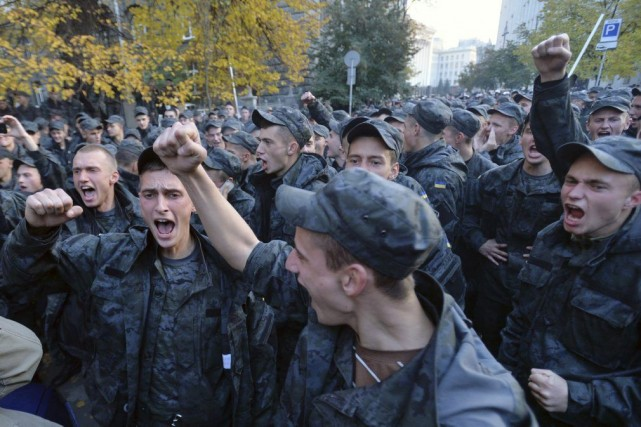 Des soldats de la Garde nationale ont manifesté... (PHOTO GENYA SAVILOV, AFP)
