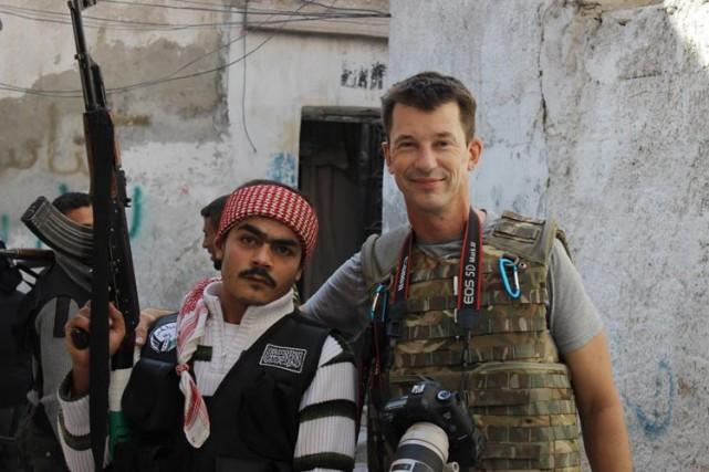 John Cantlie pose avec un rebelle syrien à... (Archives AP)