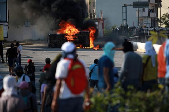 Les manifestants ont réclamé la démission du gouverneur... (Photo: AP)