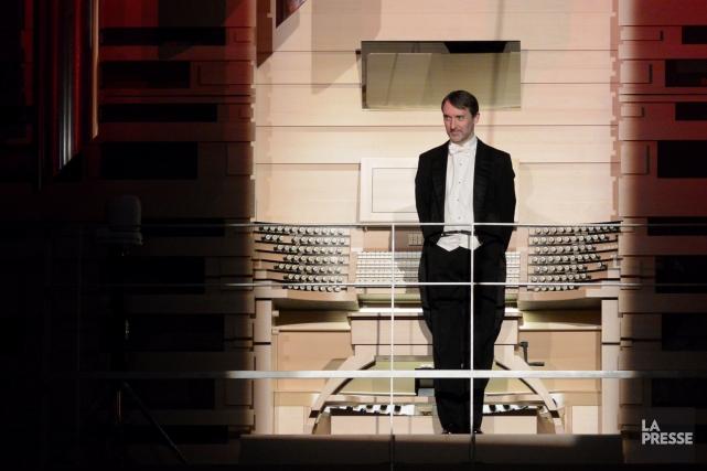 L'organiste Olivier Latry photographié devant les claviers de... (Photo Bernard Brault, La Presse)