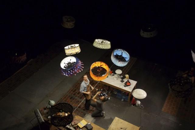 L'abat-jour est l'habit de camouflage des drones et... (Photo fournie par le Cirque du Soleil)