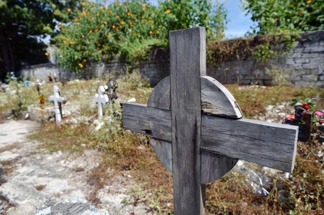 Une croix sans nom représente les cadavres non... (PHOTO YURI CORTEZ, ARCHIVES AFP)