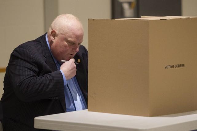 Le maire Rob Ford, manifestement fatigué, a déposé son bulletin de vote mardi,... (Photo Chris Young, PC)