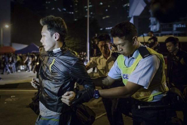 Des policiers arrêtent un manifestant aprèsde violenteséchauffourées.... (PHOTO PHILIPPE LOPEZ, AFP)