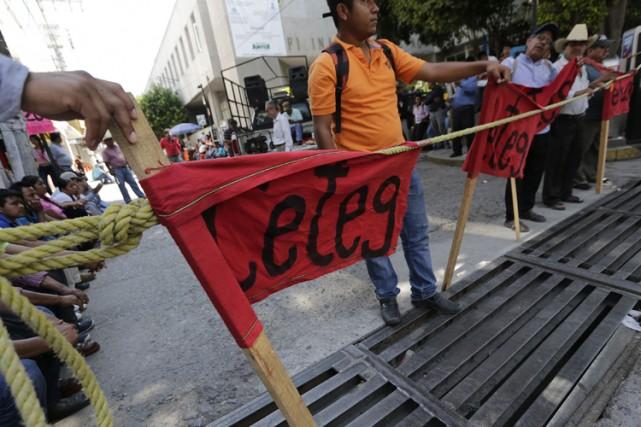 Des centaines de manifestants, essentiellement des enseignants et... (Photo: Reuters)