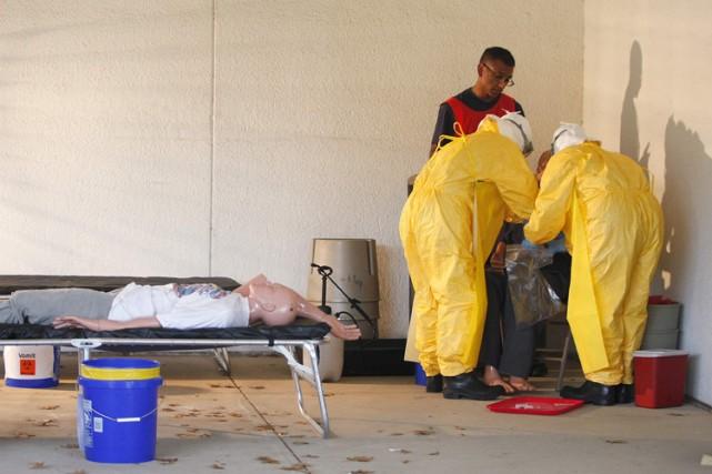 En Alabama, des travailleurs de la santé suivent... (PHOTO TAMI CHAPPELL, REUTERS)