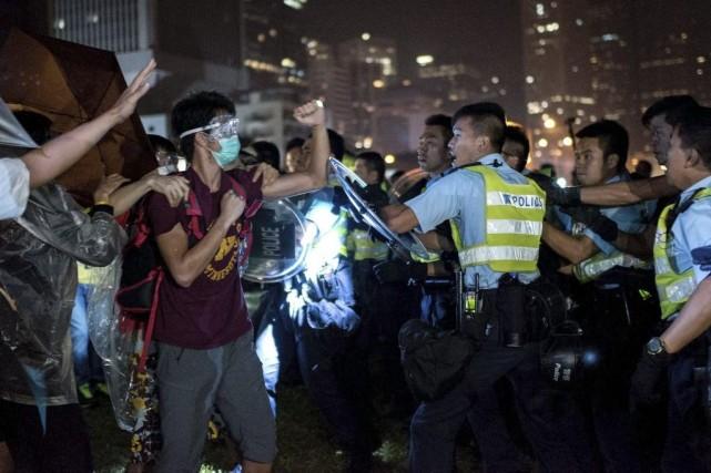 Depuis deux jours, des policiers armés de masses,... (PHOTO ALEX OGLE, AGENCE FRANCE-PRESSE)