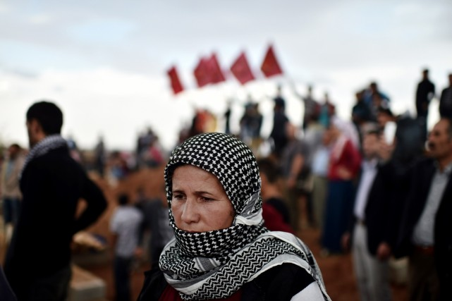 Une femme kurde assiste aux funérailles de combattants... (PHOTO ARIS MESSINIS, AFP)