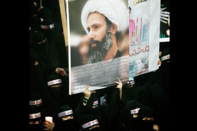 Une militante saoudienne brandit une affiche à l'effigie... (PHOTO ARCHIVES AP)