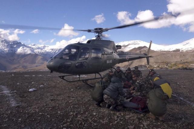 Des soldats de l'armée népalaise participent aux opérations... (PHOTO AGENCE FRANCE-PRESSE/NEPAL ARMY)