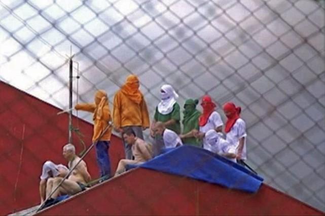 Pendant la mutinerie, trois personnes à moitié nues,... (PHOTO AFP / TV CULTURA)