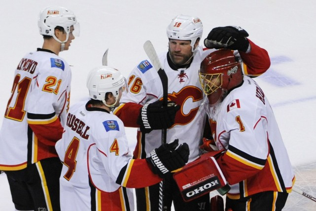 Jonas Hiller (à droite) a stoppé pas moins... (Photo David Banks, USA Today Sports)