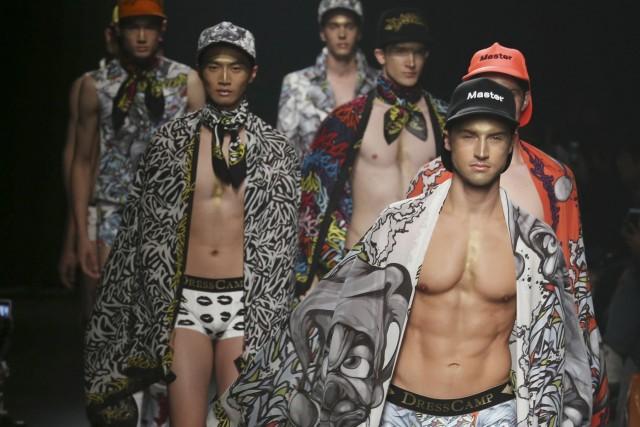 Le défilé de l'exubérant DRESSCAMP et ses hommes... (Photo Koji Sasahara, AP)
