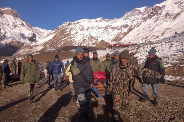 La tempête de neige qui s'est abattue mardi dans l'Himalaya, côté népalais, a... (Photo NEPAL ARMY, AFP)