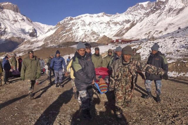 Les sauveteurs ont retrouvé 23 corps sur le... (PHOTO AGENCE FRANCE-PRESSE/NEPAL ARMY)