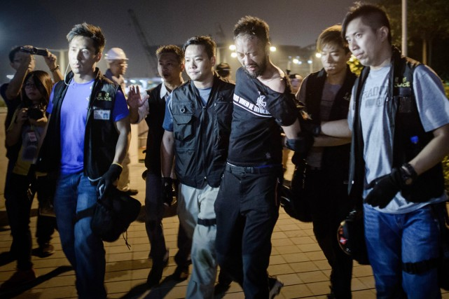 Le militant Ken Tsang alors qu'il est appréhendé... (PHOTO PHILIPPE LOPEZ, AFP)