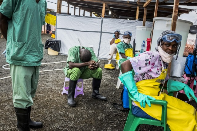 Des employés d'un centre de traitement contre l'Ebola... (PHOTO SAMUEL ARANDA, ARCHIVES THE NEW YORK TIMES)
