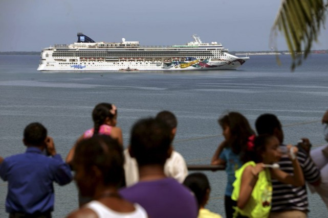 Le paquebot Norwegian Jewel et ses 2376 passagers... (PHOTO ORLANDO SIERRA, AFP)