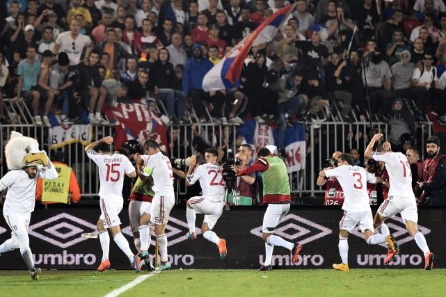 Les joueurs de l'Albanie se sont fait lancer... (Photo Andrej Isakovic, AFP)