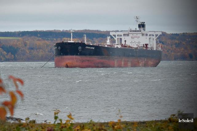 Le pétrolier Genmar Daphne est ancré au large de l'île d'Orléans pour subir des... (Le Soleil, Pascal Ratthé)