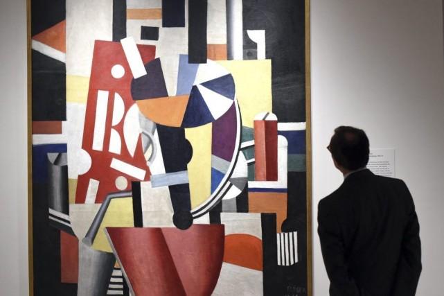Un homme observe une oeuvre de Fernand Léger... (Photo: AFP)