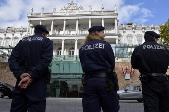 La police surveille l'endroit où ont lieu les... (PHOTO SAMUEL KUBANI, AFP)