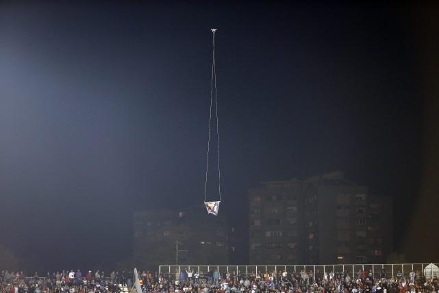 Un drone a survolé un stade de soccer... (Photo Marko Drobnjakovic, AP)