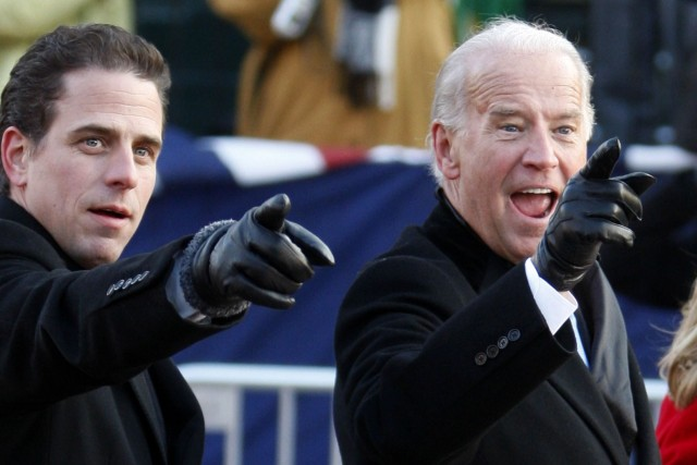 Hunter Biden, 44 ans, (à gauche)... (Photo CARLOS BARRIA, Reuters)