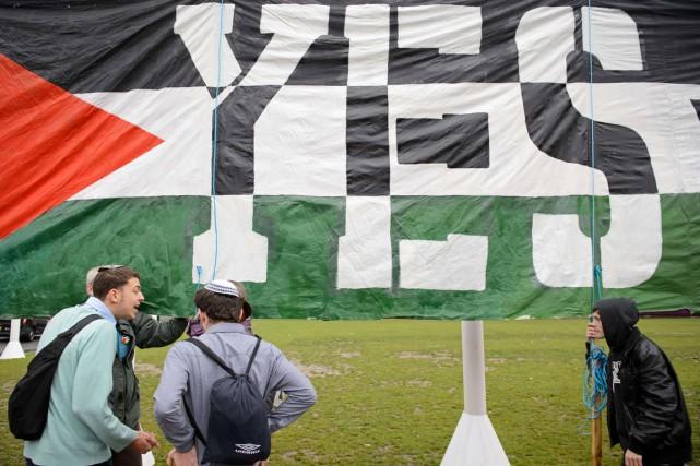 Prise de bec entre de jeunes juifs et... (PHOTO LEON NEAL, ARCHIVES AFP)