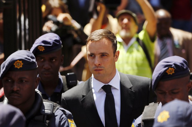 Oscar Pistorius quitte le tribunal de Pretoria, le... (PHOTO MIKE HUTCHINGS, REUTERS)