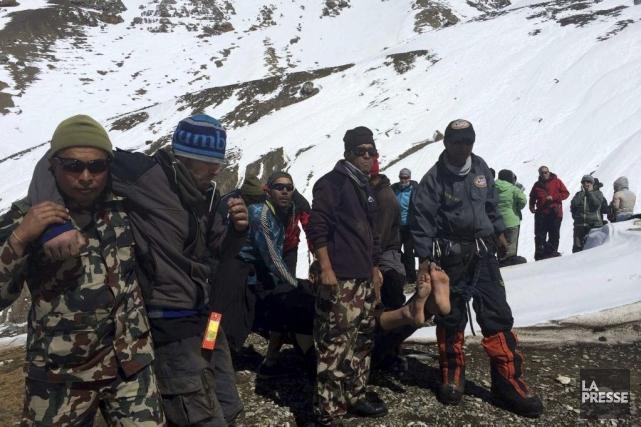 Quelque 200 personnes ont déjà été secourues, parfois... (PHOTO AGENCE FRANCE-PRESSE/NEPAL ARMY)