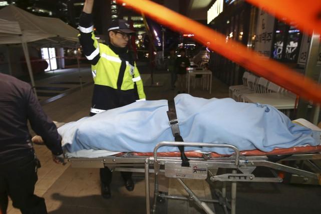 Les secouristes ont confirmé la mort de 16... (PHOTO SHIN YOUNG-KEUN, REUTERS/YONHAP)