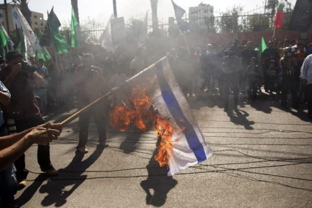 Des manifestants ont brûlé le drapeau israélien pourdénoncer... (Photo Khalil Hamra, AP)