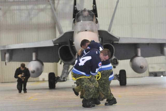 Pas facile de tirer un CF-18 d'un poids... ((Photo Michel Tremblay))
