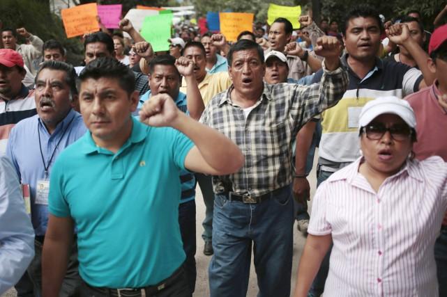 Des centaines d'enseignants, étudiants et membres d'organisations sociales... (PHOTO JORGE DAN LOPEZ, REUTERS)