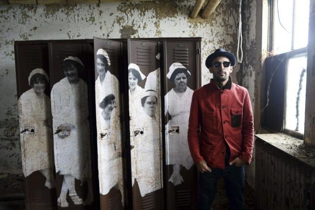 L'artiste JR devant ses oeuvres.... (Photo: AFP)