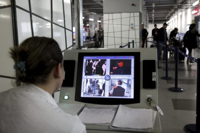 À l'aéroport de Skopje, en Macédoine, une caméra... (PHOTO BORIS GRDANOSKI, AP)
