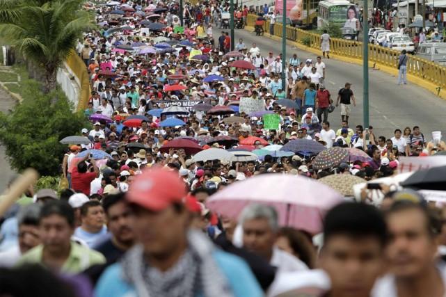 Des manifestants protestent à Acapulco pour réclamer le... (Photo AFP)