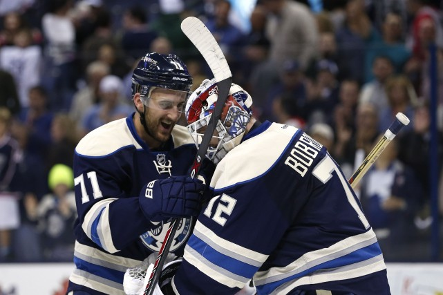 Nick Foligno célèbre le gain avec son gardien... (Photo Aaron Doster, USA Today)