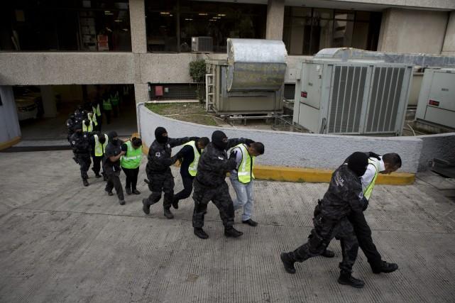 Des policiers municipaux suspectés d'avoir participé aux meurtres... (Photo Rebecca Blackwell, AP)