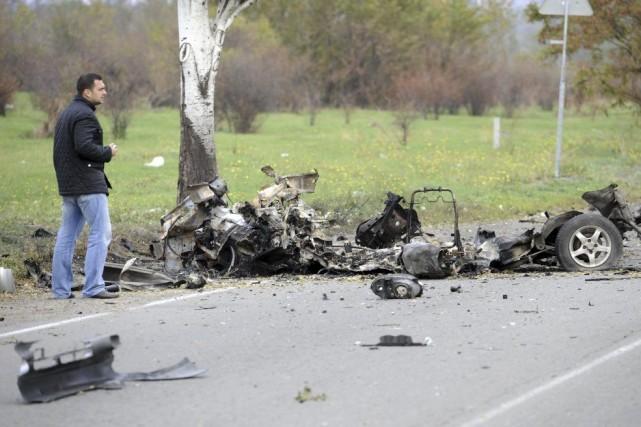 Un expert examine les débris d'une voiture ayant... (PHOTO ALEXANDER KHUDOTEPLY, AFP)