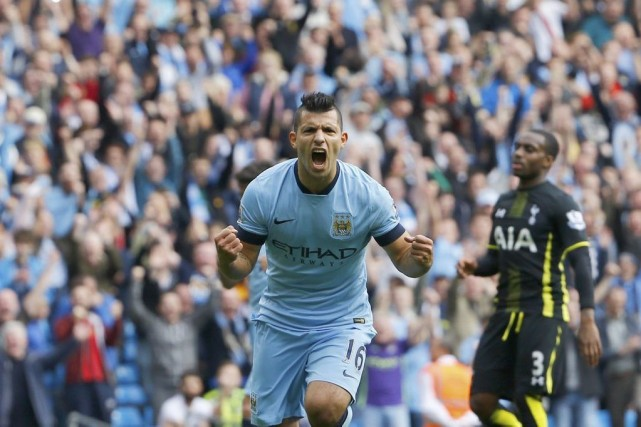 Sergio Agüero a inscrit deux de ses quatre... (PHOTO DARREN STAPLES, REUTERS)