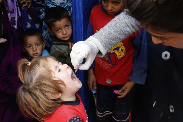 Un enfant recevant un vaccin contre la poliomyélite... (Mohamed Azakir)