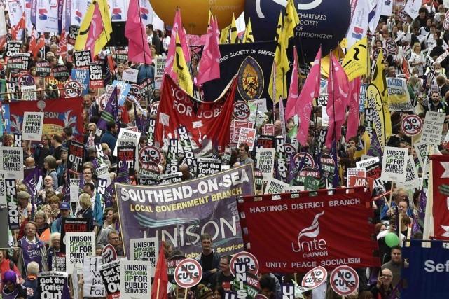Dans la manifestation londonienne, les salariés exprimaient leur... (PHOTO TOBY MELVILLE, REUTERS)