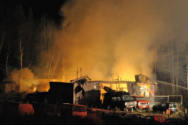 Un incendie a complètement ravagé un garage de... ((Photo Gimmy Desbiens))