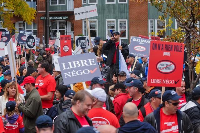 Quelques centaines d'employés municipaux ont bruyamment manifesté samedi... (Le Nouvelliste, François Gervais)